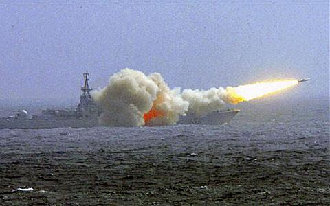 中國海軍南海艦隊的一艘驅逐艦去年3月8日在演習中發射導彈(資料照)(AP)