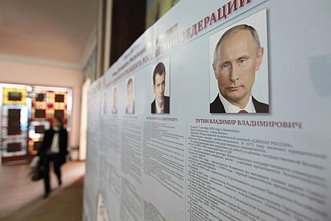 俄羅斯總統選舉投票站擺放的候選人海報。(路透)