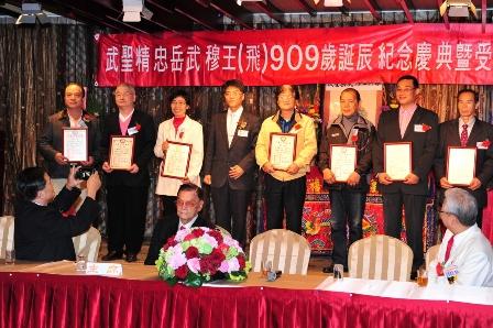 中華武術總會黃鯤忠理事長(左四)頒獎給推展國武術卓著者,並全體大合照。