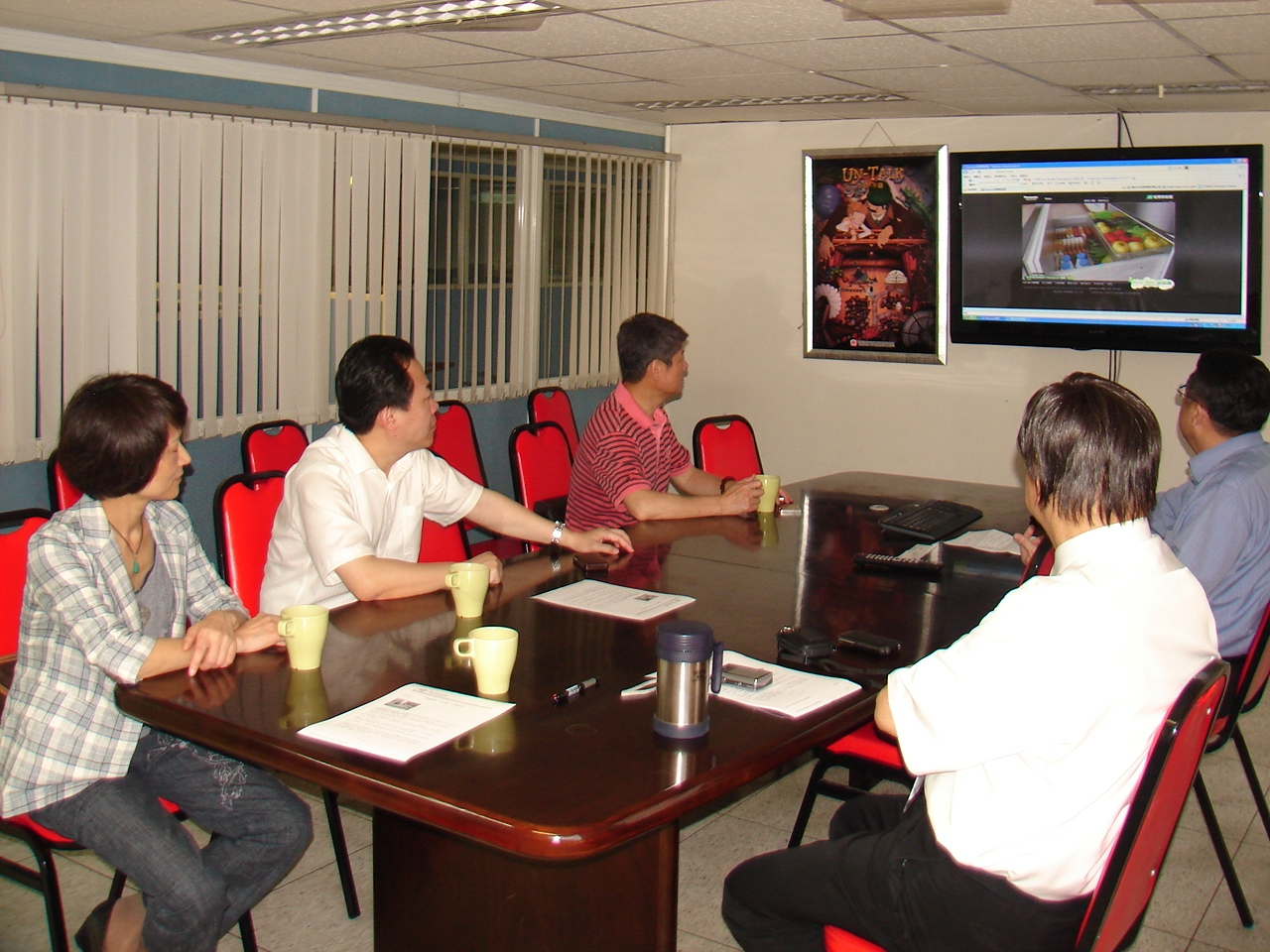 「南國書香節」主辦單位參觀義美聯電,聽取簡報。(Jimi Liao攝影)