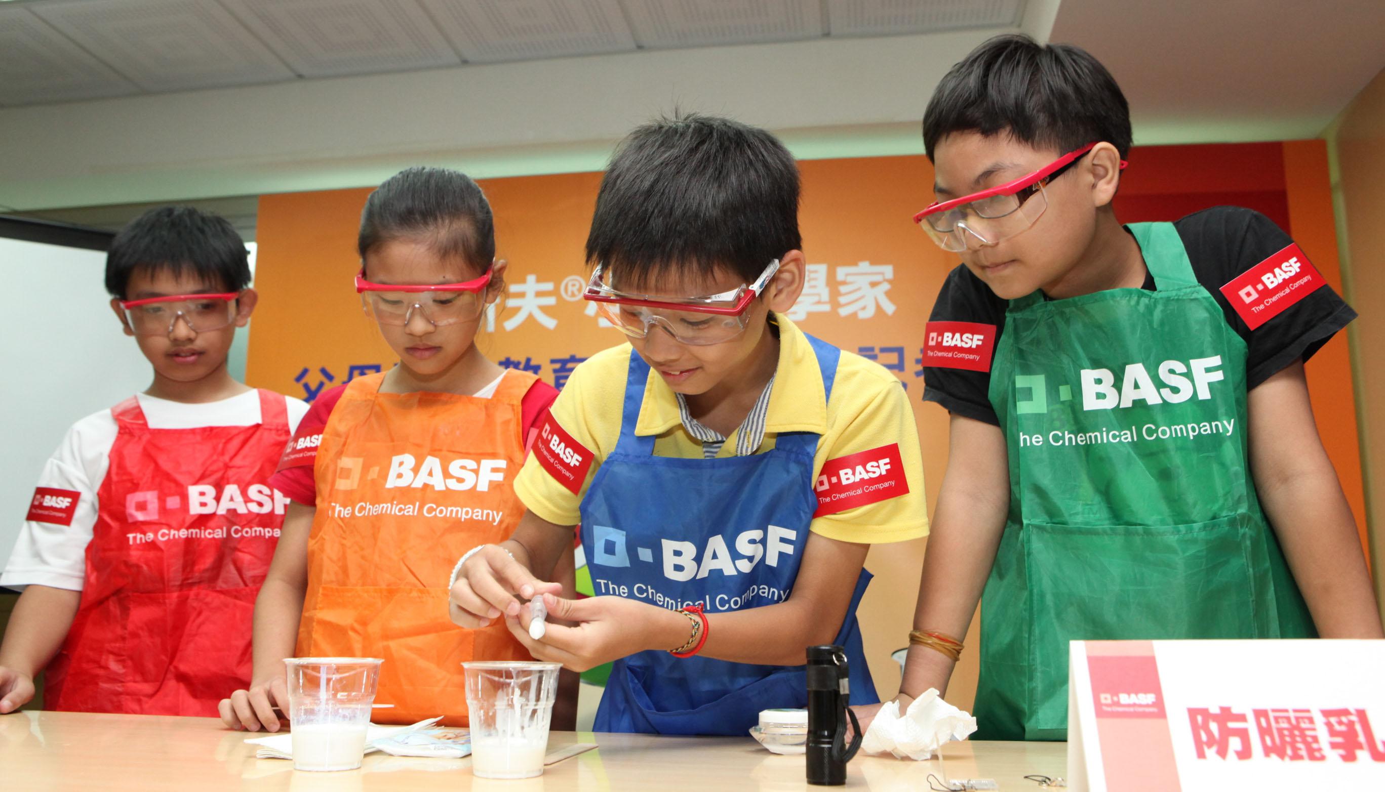 2012 「巴斯夫小小化學家」今年新增「 防曬乳液」 試驗,要讓小朋友體驗自製防曬乳液的樂趣, 更可學習紫外線對皮膚的影響與防曬的重要。(...