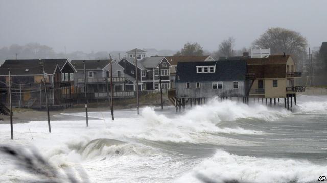 海浪撲向麻薩諸塞州普利茅斯郡一處海灘的房屋(2012年10月29日)。(AP)