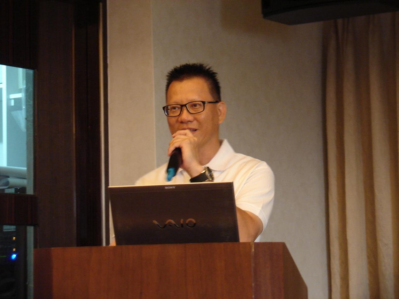 首華皮件今年營收6400萬,EPS 4.5元,預定明年上興櫃、2015年掛牌,圖為董事長特助何竑億。(記者Jimi Lio攝影)