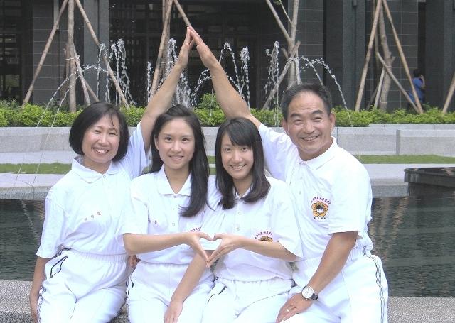 謝正良(右一)和何怡慧(左一)夫婦育有兩位貼心女兒謝佩書(左二)和謝佩瑜,一家人在神氣家族練功修養心性,共同創造家庭的幸福圓滿。