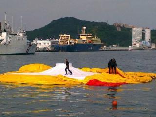 基隆黃色小鴨,31日中午突然暴斃,消風後躺在水面。