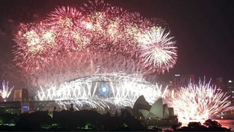 在澳大利亞著名港城悉尼,人們早早地走出家門,觀看晚上的著名焰火表演。