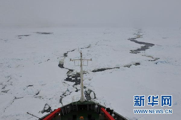 """1月7日,""""雪龍""""號船頭冰面裂開一條水道。新華社記者 張建松 攝"""