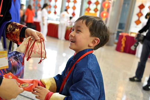 外國小朋友看著「福氣到」字樣的福氣袋跟紅包,露出驚喜的表情!