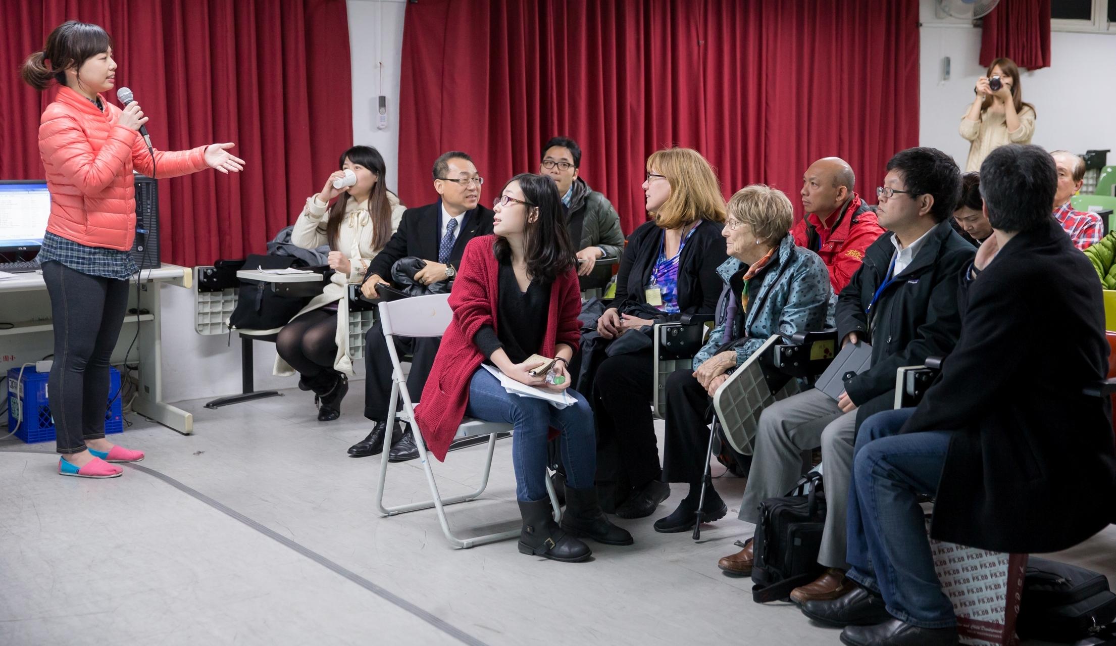 新光人壽慈善基金會黃郁芬企劃組長(左一)向參訪團介紹活化歷史方案