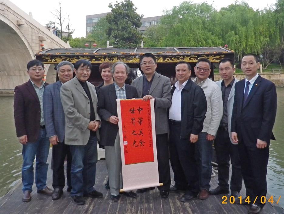 爭霸賽組委會在嘉興展示吳伯雄賀軸。