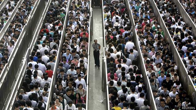新疆烏魯木齊暴力襲擊後,中國首都北京於九座地鐵站實施「人物同檢」措施,讓通勤尖峰時段的進站擁堵情況雪上加霜。(路透)