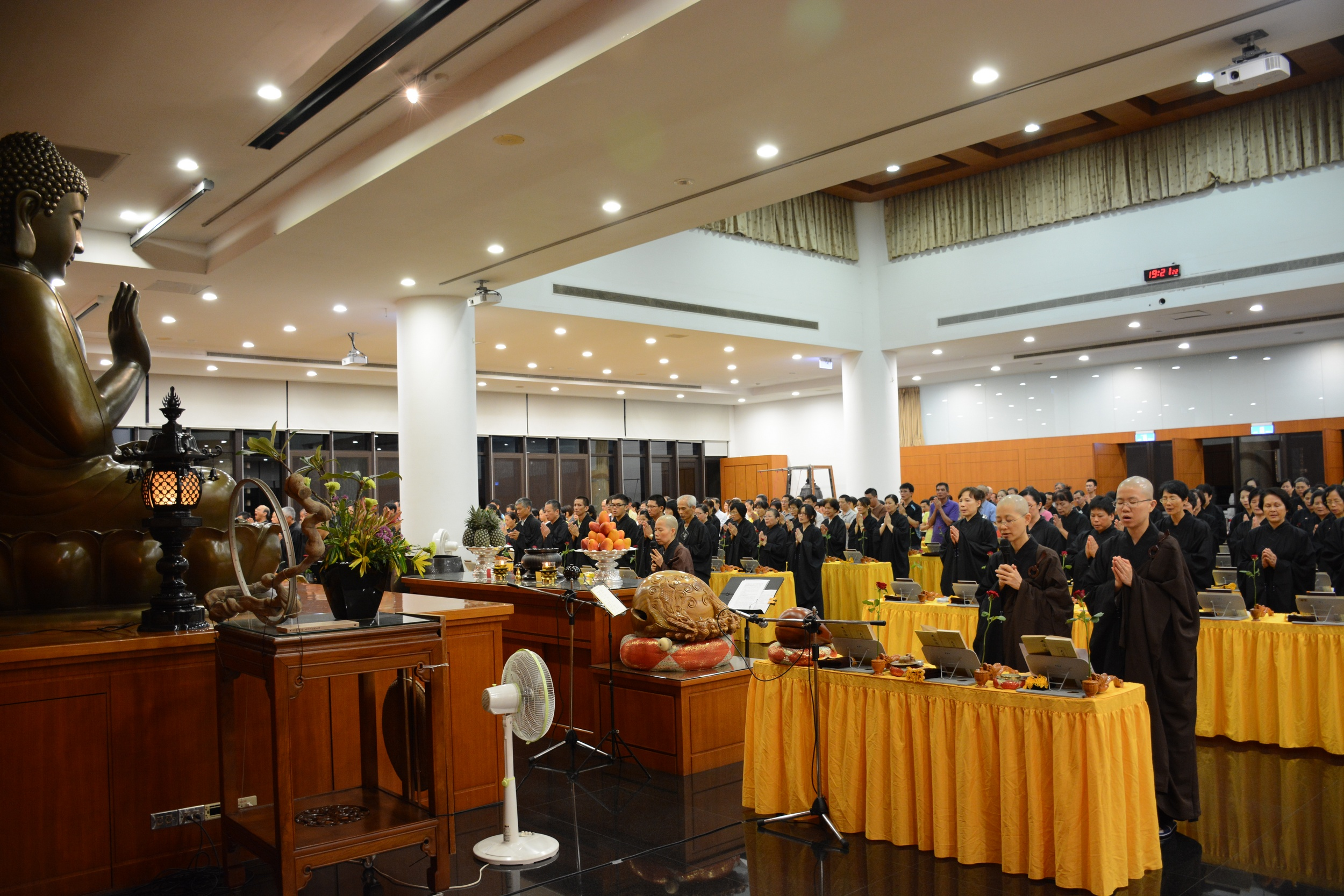 法鼓山紫雲寺25日晚間辦大悲懺法會有300多人參加祈福