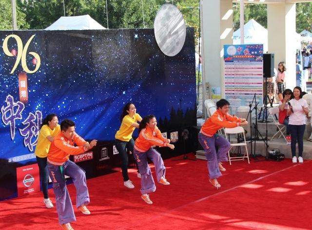 良心時代國際志工以熱情音樂、舞蹈方式傳達「良心時代」的理念