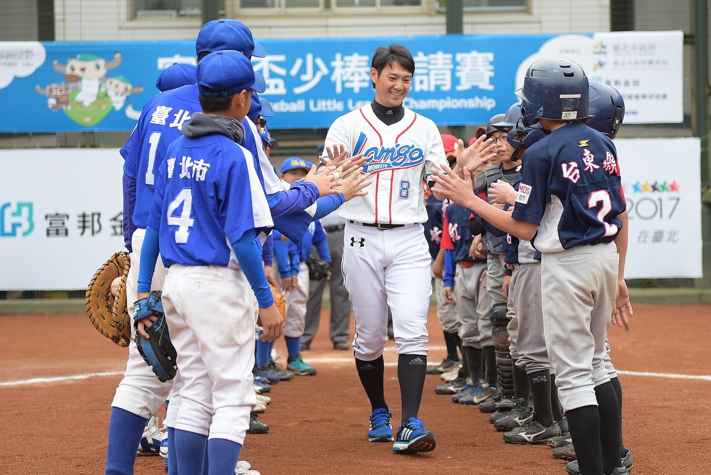 中職球星Lamigo桃猿隊詹智堯特別現身鼓勵今年參與「2015富邦盃少棒邀請賽」的少棒球員們。(圖由大會提供).
