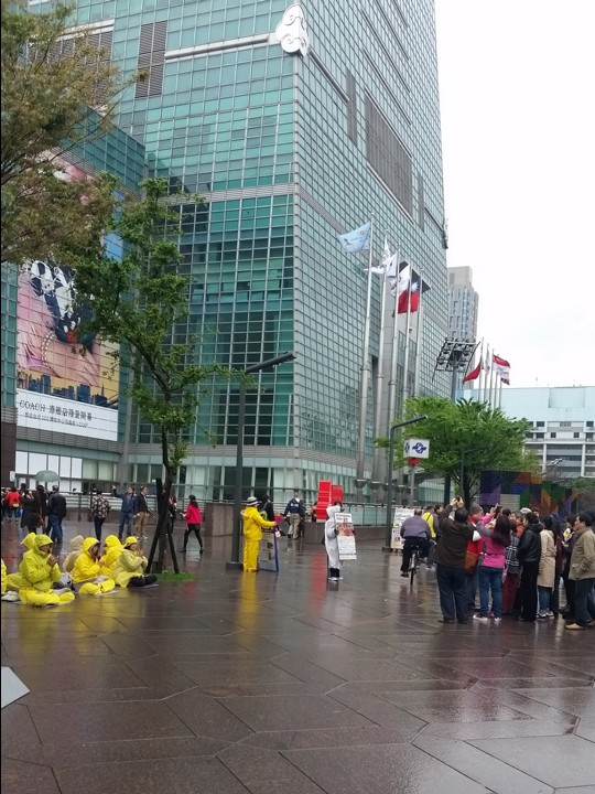 One hit by flagpole in Taipei 101 dust-up