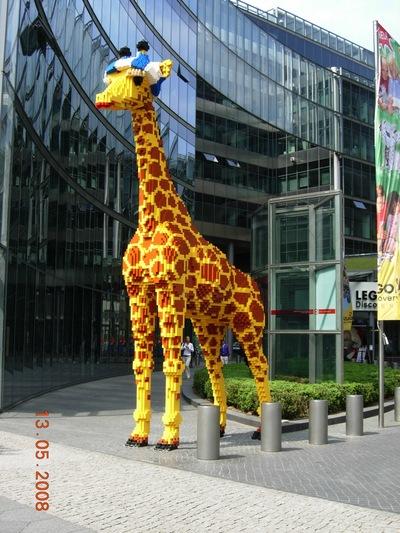 25日路透社(Reuters)報導德國樂高公園裡有座6公尺高的樂高長頸鹿,陰莖被人偷走,,但後來卻發現是一場烏龍,事實應該是「尾巴」被偷,...