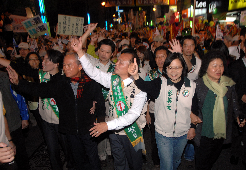 三合一選舉倒數計時,4日選前之夜 ,民進黨宜蘭縣長候選人林聰賢(右3)在主席蔡英文(右2)與前主席林義雄(右4)等陪同下,在羅東鎮上沿街拜