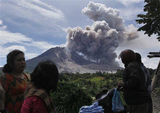 印尼西納彭火山 持續噴發警戒