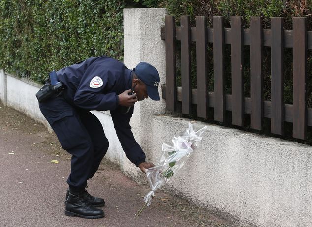 一名法國警察向其遇害同事獻花。