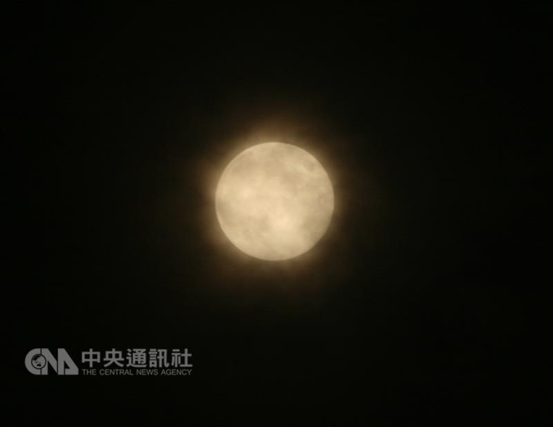 La pleine lune au Lac Hollandais à Chiayi (French version)