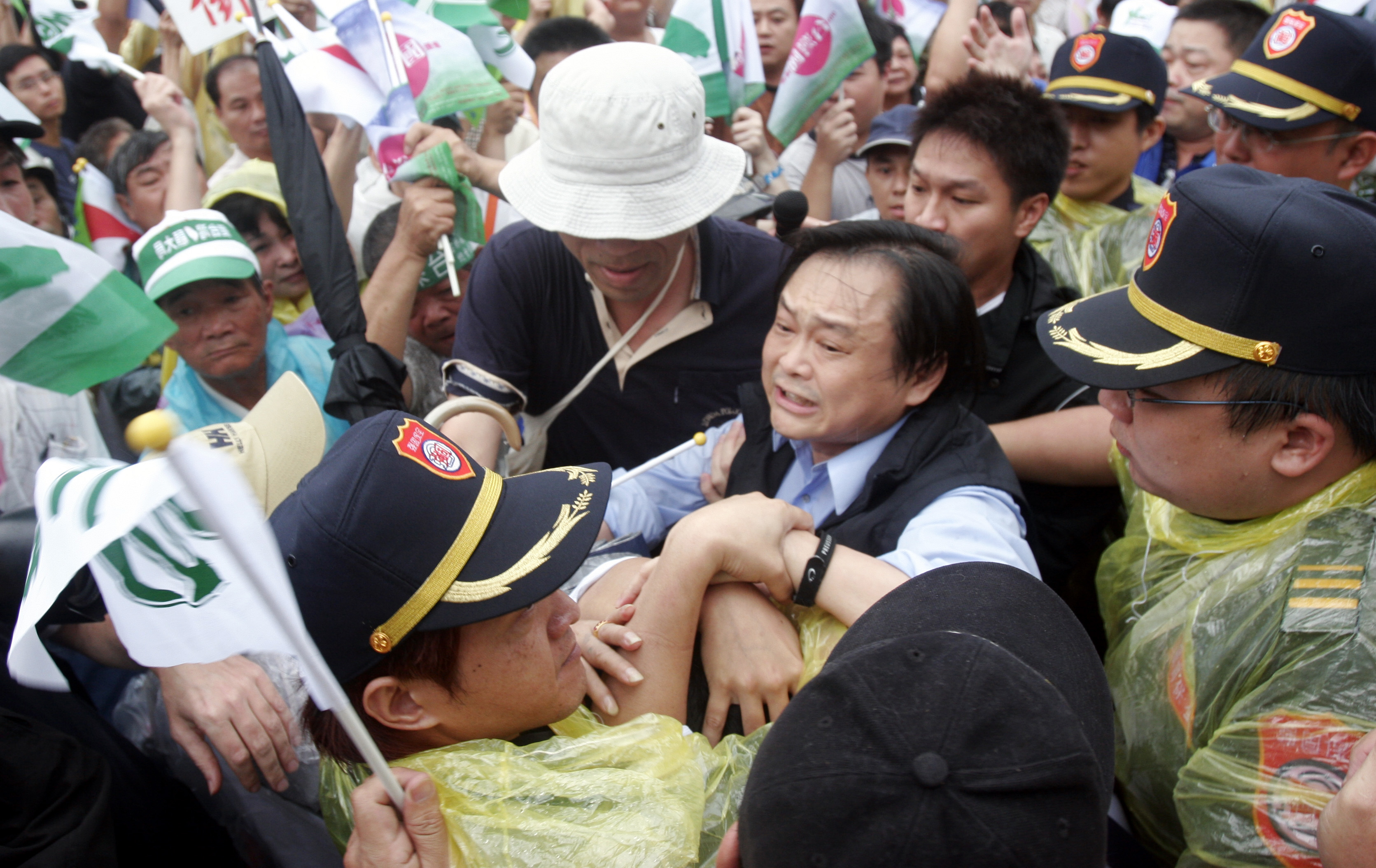 Pro-Chen supporters tussle near a stage set u?p by a local TV station in Taipei yesterday. Protesters said the station's coverage of the recent anti-C...