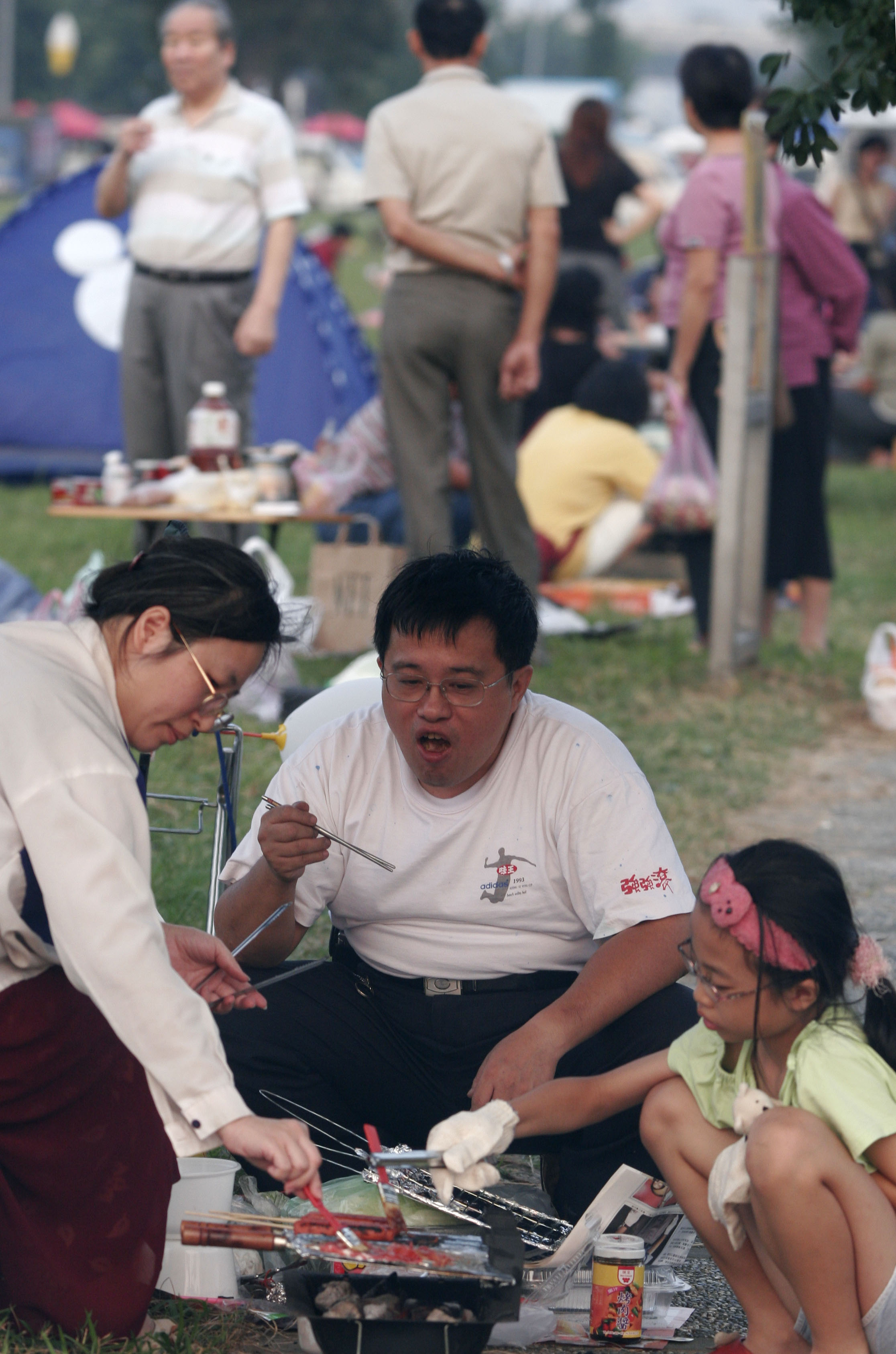 People have a barbecue in Dachia riverside park yesterday to celebrate the Mid-autumn Festival. This year is the first time the Taipei City Government...