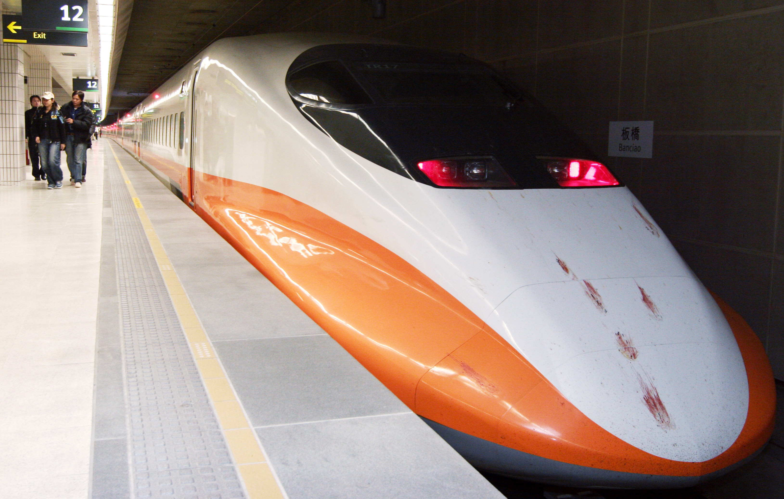 A Shinkansen-style high-speed rail train arrives at Banciao station during a trial run on December 26, 2006. Taiwan's ambitious bullet train project, ...