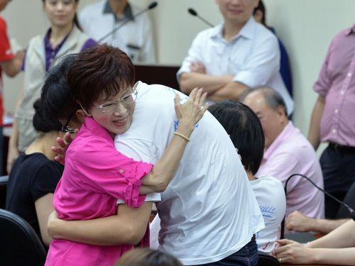 Deputy Legislative Speaker Hung Hsiu-chu (left) celebrates as she passes the 30 percent primary threshold Sunday.