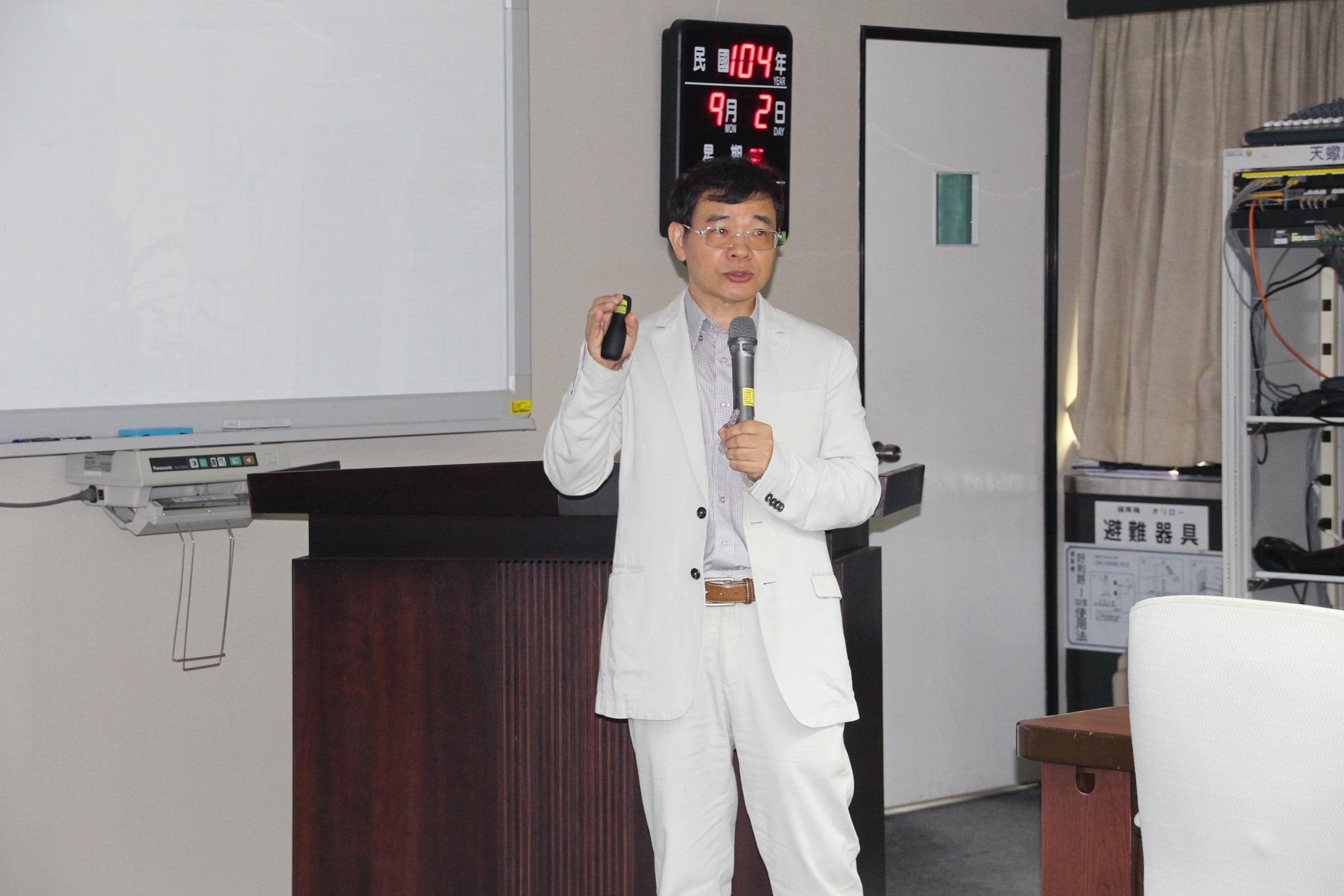 NCHU Professor Lin Kuan-jiuh demonstrates his innovation at the MOST on Thursday.