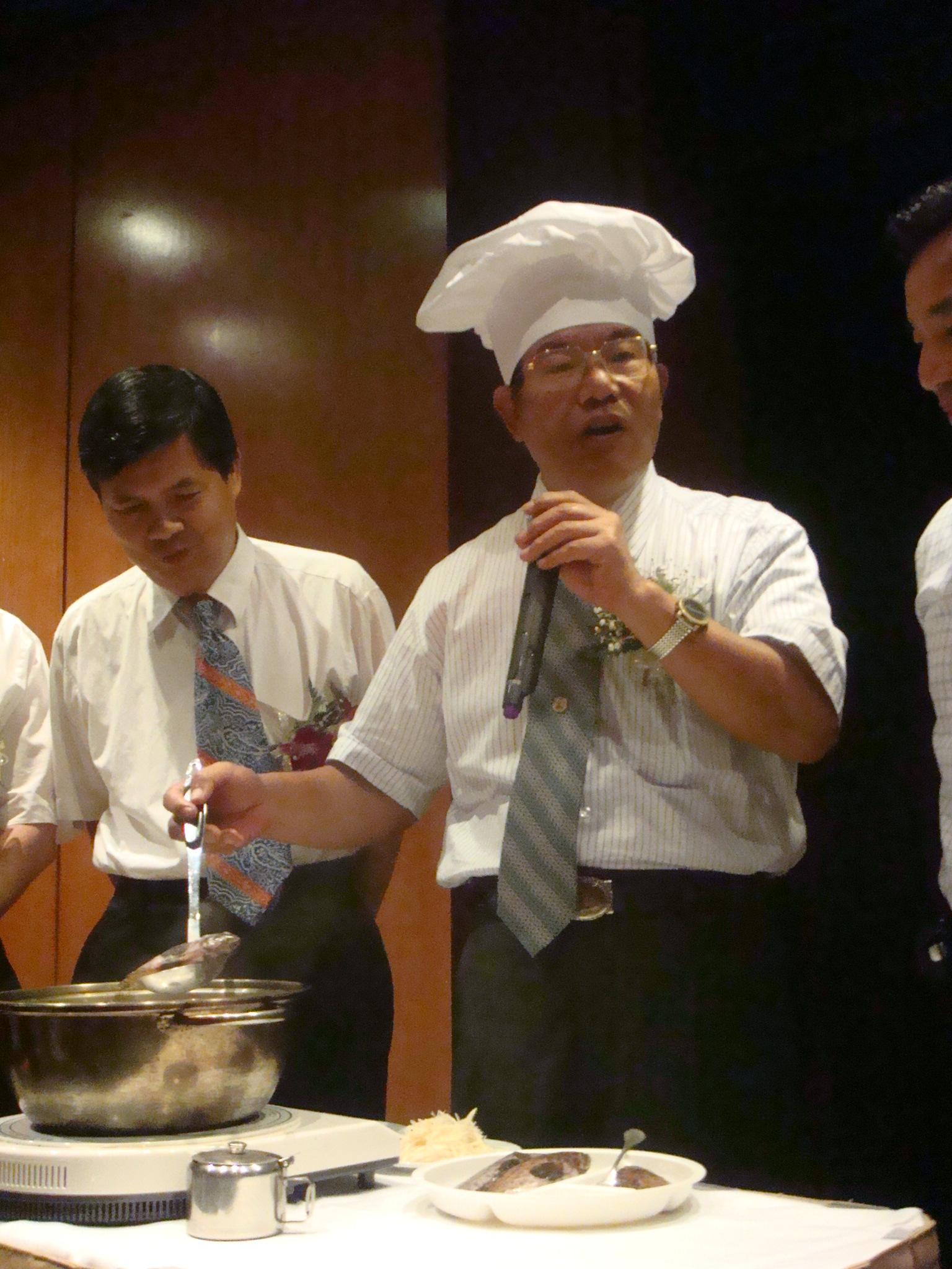 澎湖縣長王乾發於現場烹煮澎湖特產「玳瑁魚斑」邀請媒體朋友品嘗。