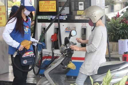 一名騎士在中油加油站加油