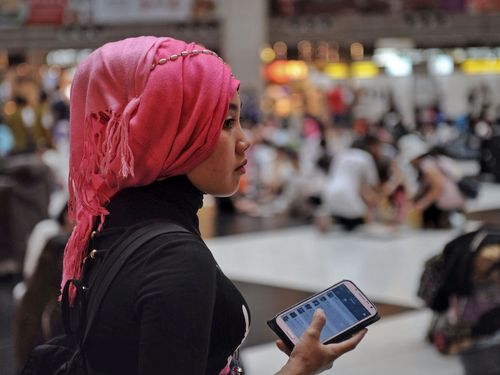 A migrant worker in Taipei Main Station (Photo: Maggie Huang)