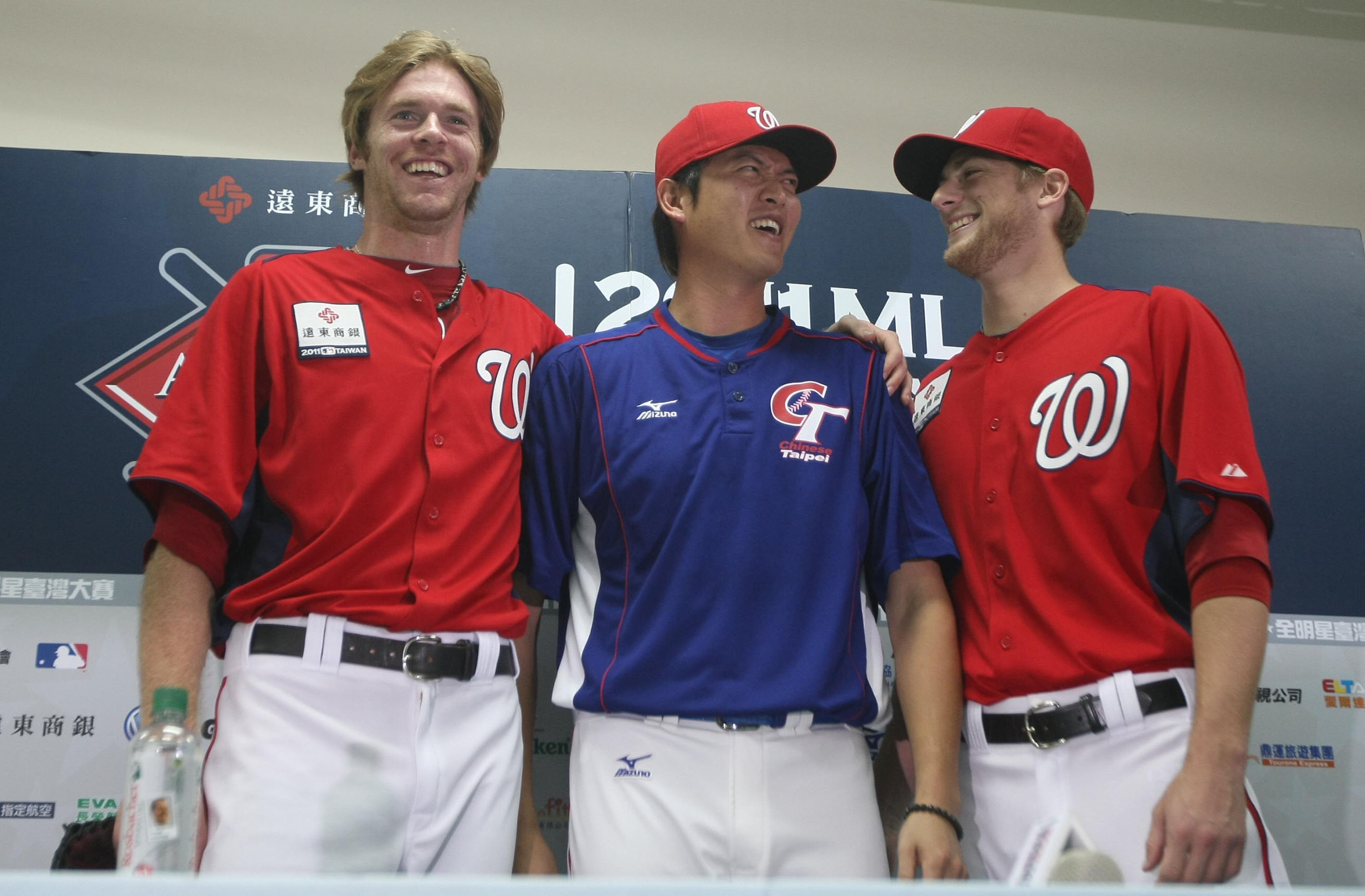 Taiwanese pitcher Chien-Ming Wang (center) talks about his one-year contract with the Washington Nationals at the news conference in Kaohsiung Saturda...