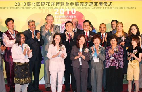 Taipei Mayor Hau Lung-bin, center, AIPH President Doeke Faber, center left, AIPH Secretary General Sjaak Langeslag, third left, and representatives fr...