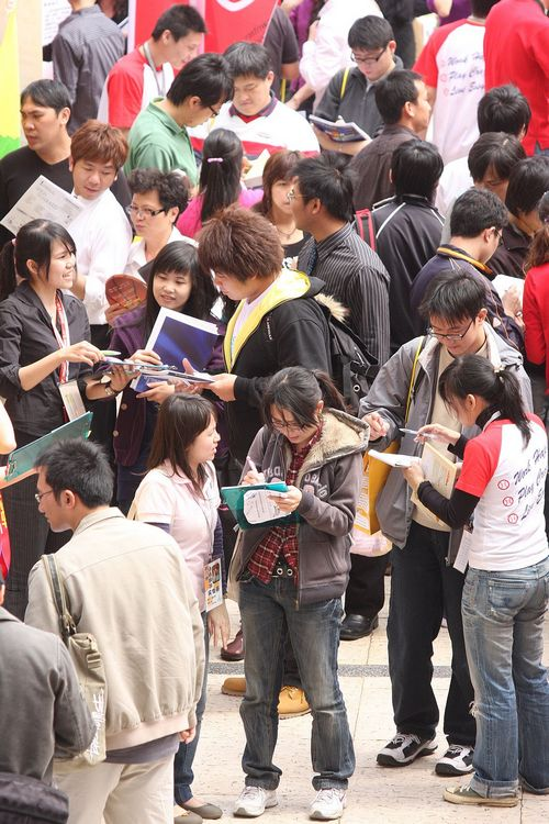 National Taiwan University of Science and Technology students look for jobs during a job fair held yesterday at the school. Premier Liu Chao-shiuan sa...