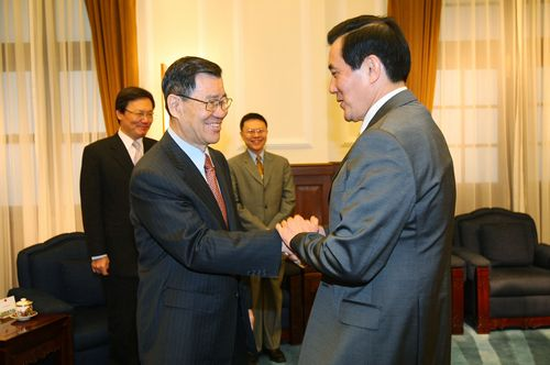 Vice President Vincent Siew wishes President Ma Ying-jeou a propitious trip. Ma decided against an extensive presence of government officials at the a...