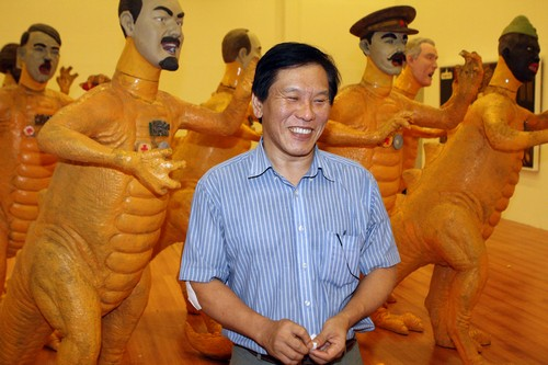 MOCA Taipei director Shih Jui-jen speaks to the Taiwan News in front of art pieces by Indonesian artist Heri Dono.