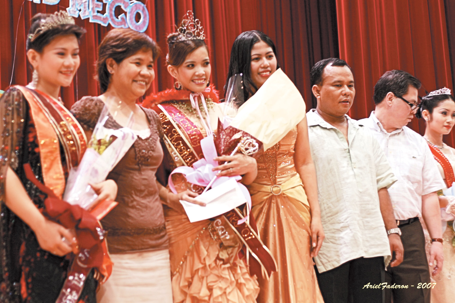 Edeline M. Delfin of Advanced Semiconductor Engineering, third from left, is crowned Ms. Kaohsiung-Philippines 2007 last Sunday.