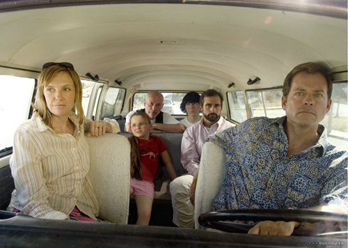 A dysfunctional family takes a road trip to the Little Miss Sunshine pageant.