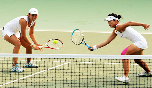 Taiwanese tennis players Chan Yung-jan, left, and Chuang Chia-jun, right, at the 2007 Australian Open.