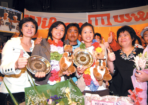 Returning stars Chan Yung-jan, second from left, and Chuang Chia-jung, second from right, celebrate with their mothers at Taiwan Taoyuan Internationa...