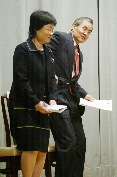 Executive Yuan Deputy Secretary-General Chen Mei-ling, left, and Minister of Transportation and Communications Tsai Duei defend the name change for Ta...