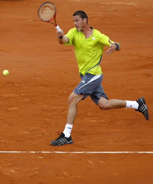 Russia's Marat Safin returns the ball to Spain's Fernando Vicente during their first round match of the French Open tennis tournament in Paris yesterd...