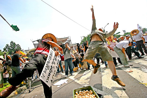 Protesters pelt police with rotten eggs and pig dung in front of the Cabinet-level Department of Health August 21, 2007, in Taipei.