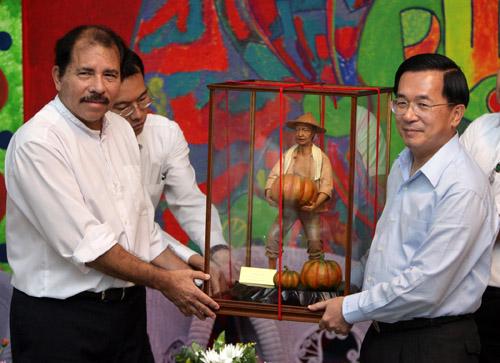 Nicaraguan President Daniel Ortega, left, accepts a gift from President Chen Shui-bian yesterday in Managua, Nicaragua.