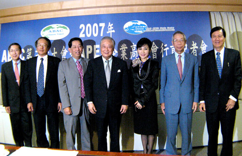 Chinatrust Chairman Jeffrey Koo, center, I-Mei Foods Vice Chairman Henry Kao, third from left, Taipei 101 chairperson Diana Chen, third from right, an...