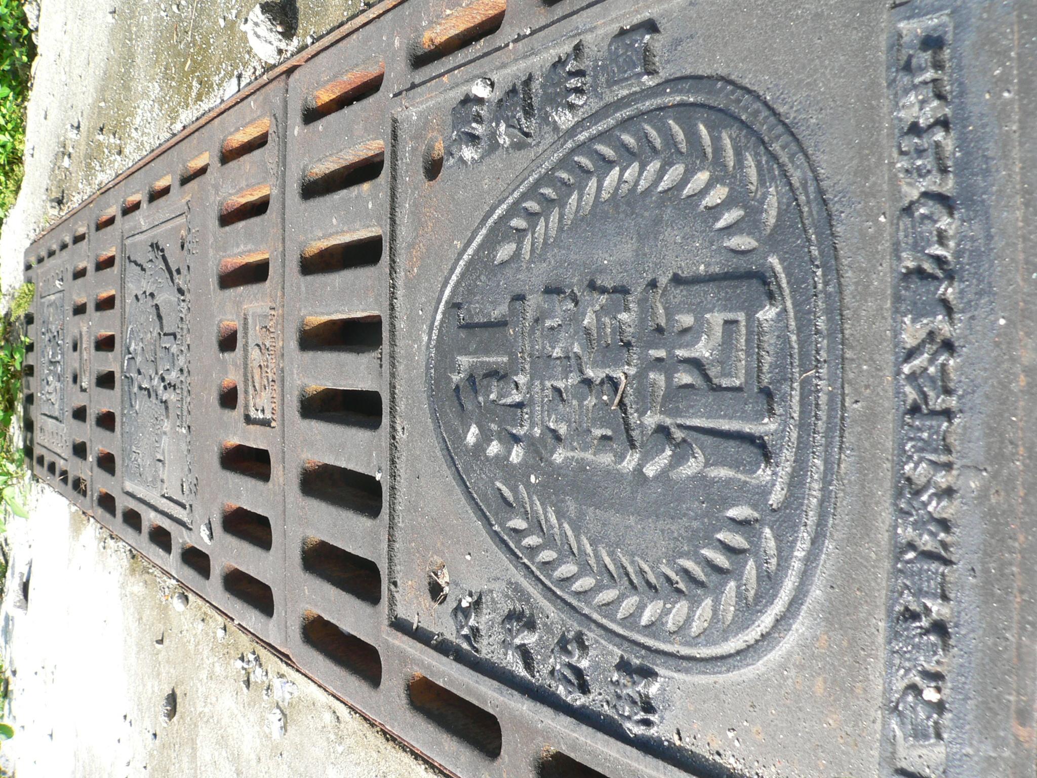 紅露酒標籤融入園區造型設計。