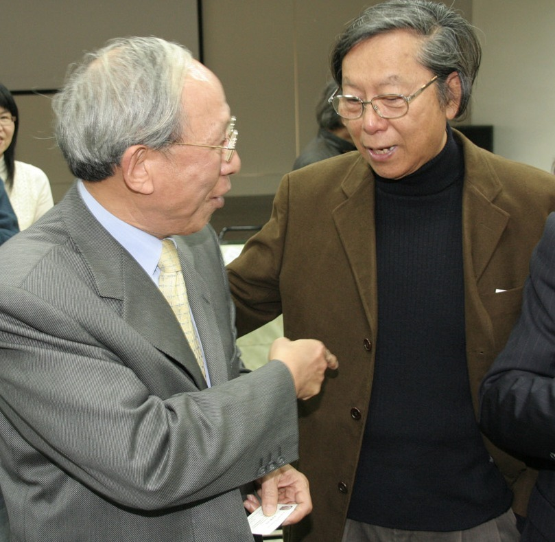 Wang Tuo, the new CCA chairman, talks to composer Ma Shui-long during the CCA's spring party in Taipei. The art and culture sector was well-represente...