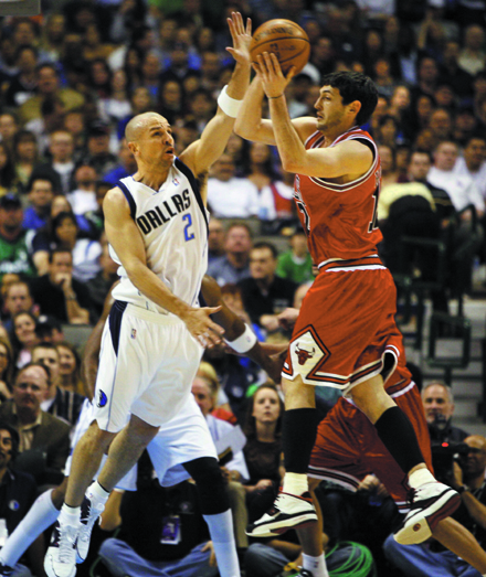 Dallas Mavericks guard Jason Kidd (2) pressures Chicago Bulls' Kirk Hinrich (12) during first half action on Monday at the American Airlines Center i...