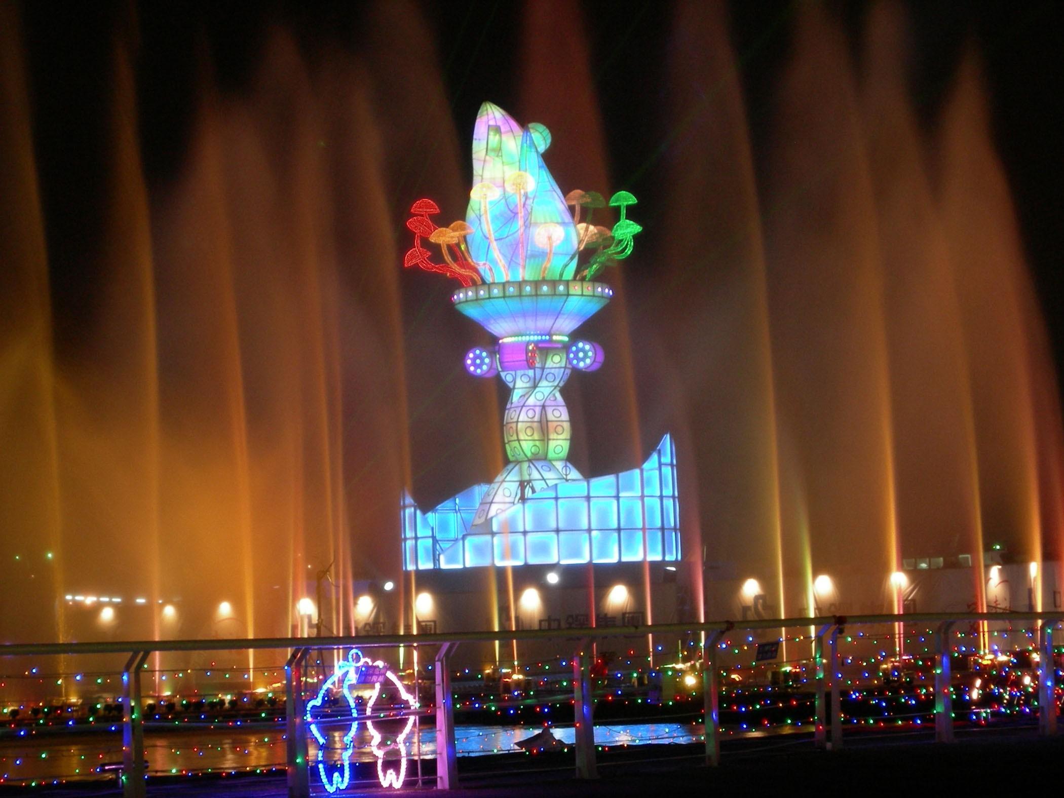 高雄燈會海上主燈搭配水舞表演,吸引不少民眾觀賞。